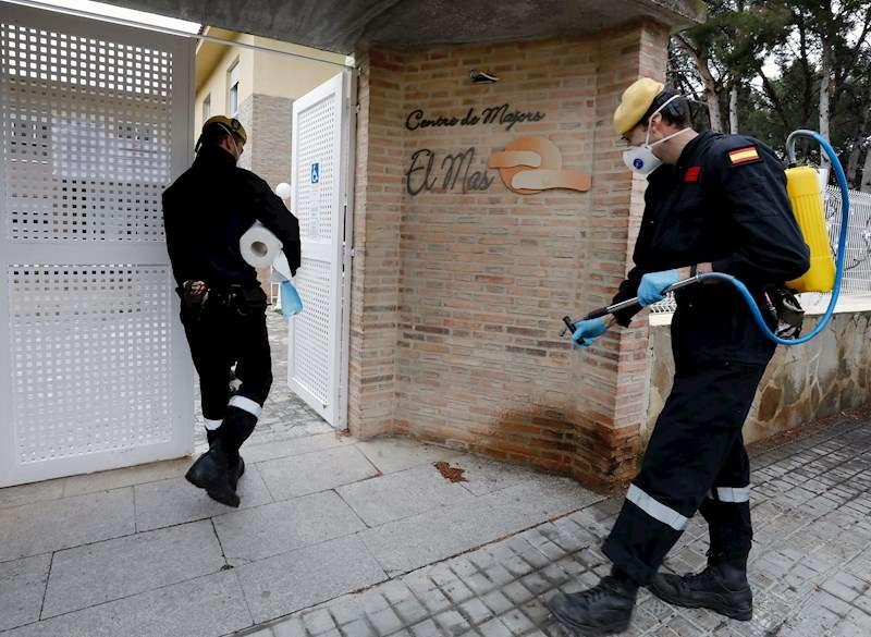 Miembros de la Unidad Militar de Emergencias (UME) proceden a la desinfección de Centros de Mayores. EFE