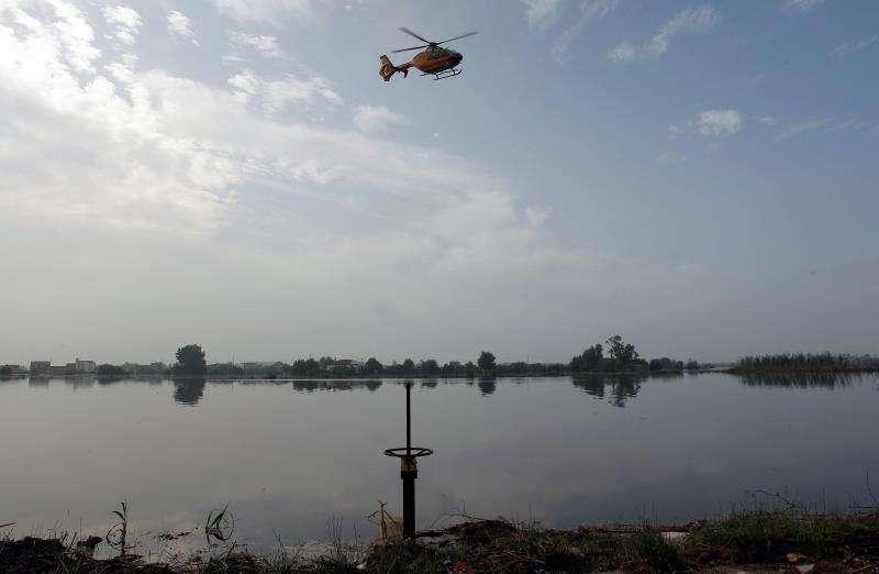 Un helicóptero de la Guardia Civil sobrevuela este martes el municipio alicantino de Dolores en busca de alguna víctima de la gota fría. EFE/Morell