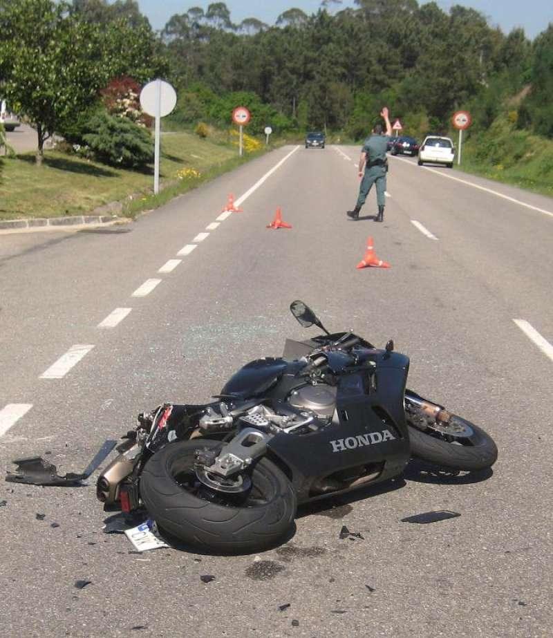 Restos de una motocicleta tras sufrir un accidente. EFE/Archivo