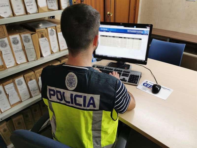 Un agente centrado en una investigación, en una imagen de la Policía Nacional.