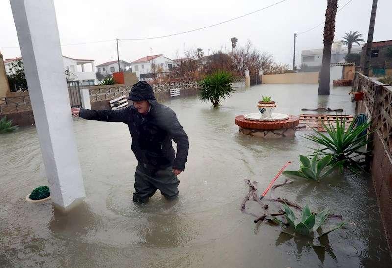 Un vecino intenta entrar en su casa de la localidad de Almenara (Castellón)este martes tras el paso de la borrasca Gloria. EFE