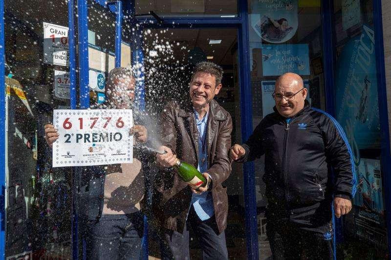 El gerente de una administracción de lotería celebra con cava la venta de un décimo del segundo premio del sorteo del niño. EFE/Archivo