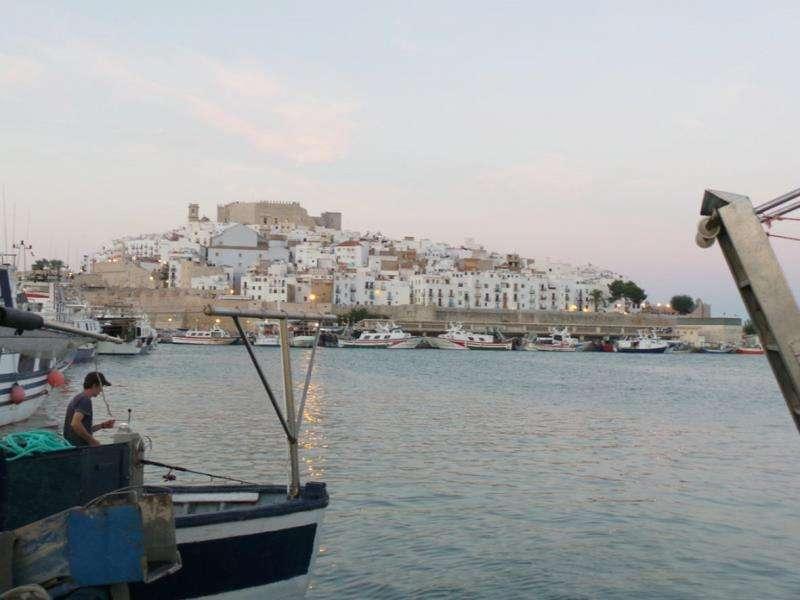Vista de la localidad de Peñíscola y el puerto desde la playa sur. EFE/Archivo