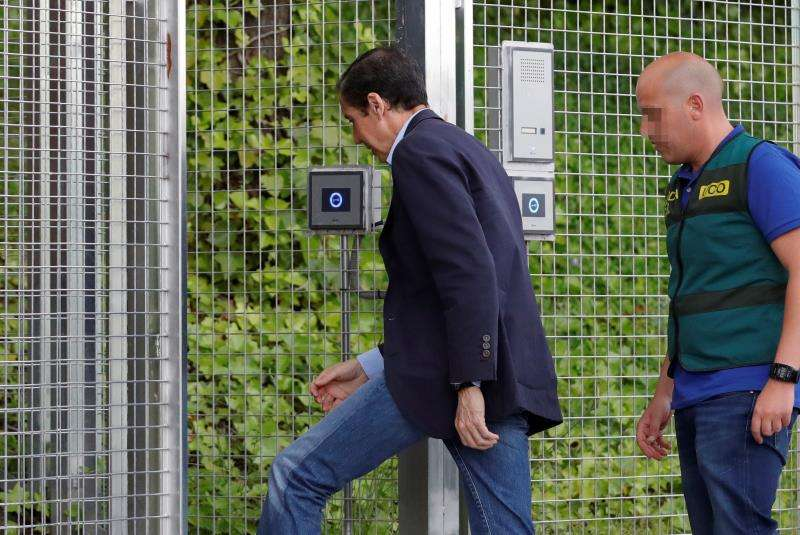El expresident de la Generalitat Eduardo Zaplana, escoltado por la Guardia Civil, en mayo del pasado año. EFE/Archivo