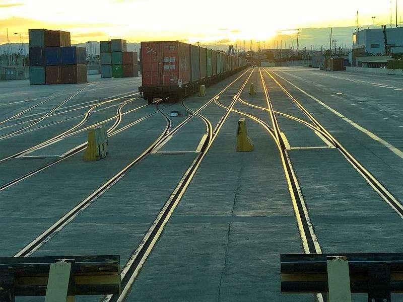Imágenes de la zona ferroviaria del puerto de Valencia. EFE/APV