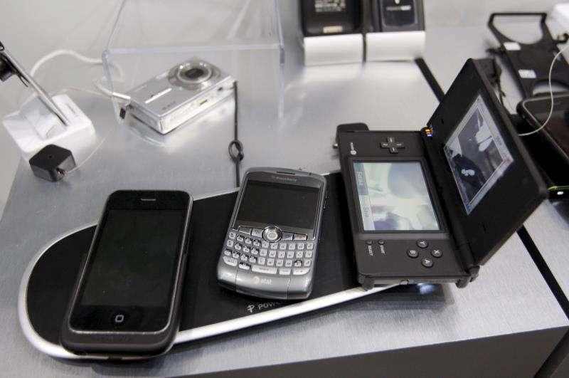 Imagen de archivo de varios móviles cargando batería. EFE/Archivo