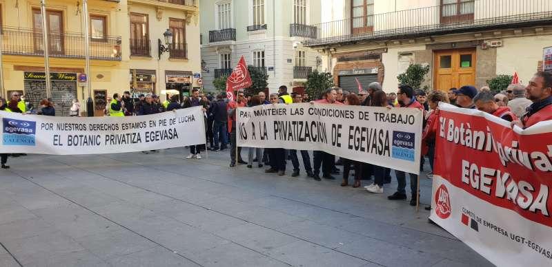 Trabajadores de Egevasa frente al Palau de la Generalitat. FOTO EPDA