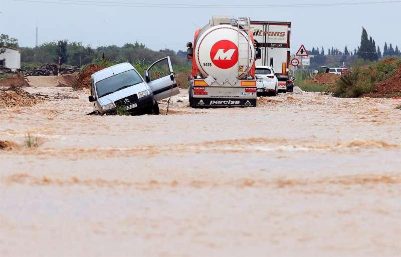 Imagen de una carretera inundada en Vinaròs. EFE/ Domenech Castelló