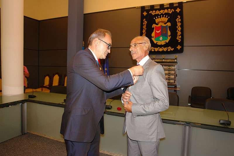 El ayuntamiento de Benaguasil impuso a González el escudo de oro del municipio. EPDA.