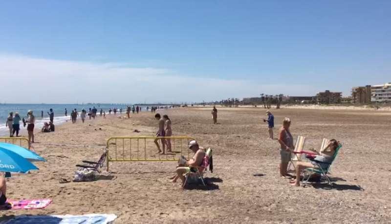 Vallas de separación entre la playa de Almardà y la de Canet.