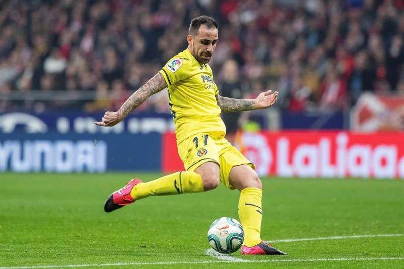 El delantero del Villarreal CF Francisco Alcácer remata para marcar gol. EFE/Rodrigo Jiménez/Archivo