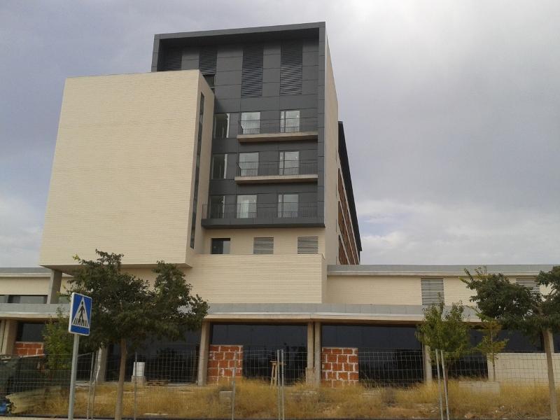 Imatge del nou hospital amb les portes d