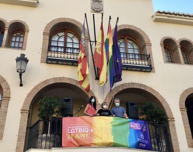 Izado de la bandera y lectura del manifiesto en el balcón del Ayuntamiento. / EPDA