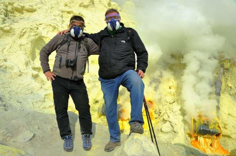Usó (d) con un compañero en el cráter del Ijem Java en Indonesia