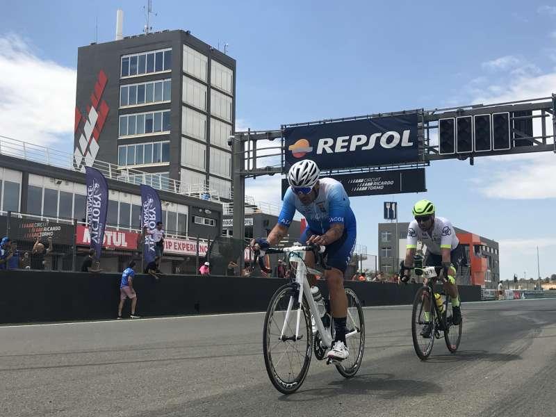 Momento de la salida de dos ciclcistas este sábado.