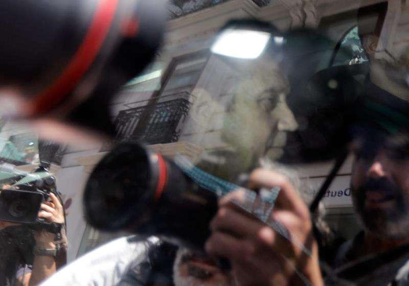 Agentes de la Unidad Central Operativa (UCO) trasladan al expresident de la Generalitat Eduardo Zaplana una vez detenido, en mayo. EFE/Archivo