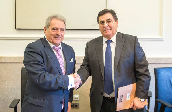 El presidente de la Diputación de Valencia con el alcalde de Torres Torres. EPDA