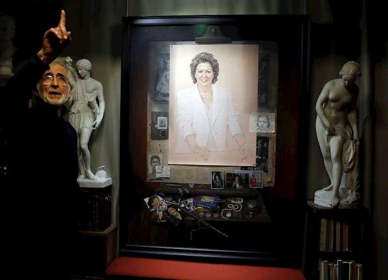 El artista Luis Massoni ha presentado el retrato de la que fué alcaldesa de València durante 24 años, Rita Barberá. EFE/ Juan Carlos Cárdenas