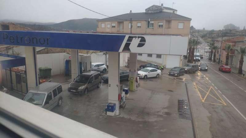 Colas de vehículos en una gasolinera para comprar gas butano