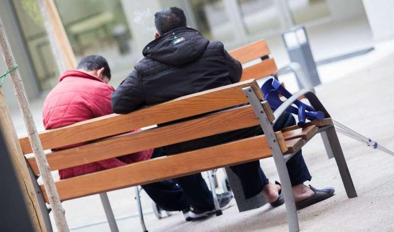 Dos personas en un banco de Valencia. FOTO EPDA