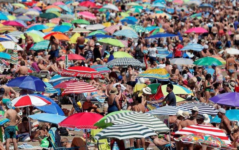 Vista general de la playa de la Malvarrosa el último domingo de julio de este año. EFE/Archivo