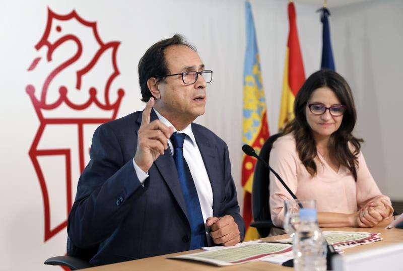La vicepresidenta del Consell, Mónica Oltra (d), y el conseller de Hacienda, Vicent Soler (i), tras un pleno del Consell. EFE/Archivo
