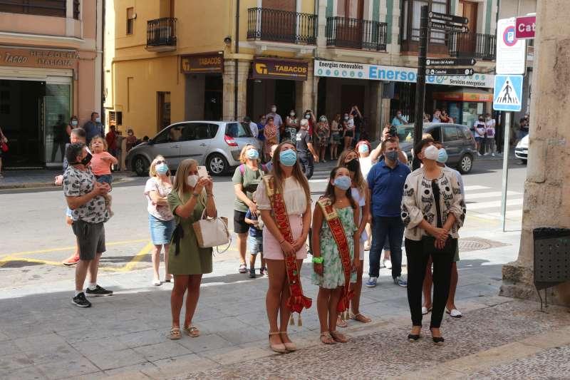 Alcaldesa, concejales y reinas viendo el volteo desde la calle