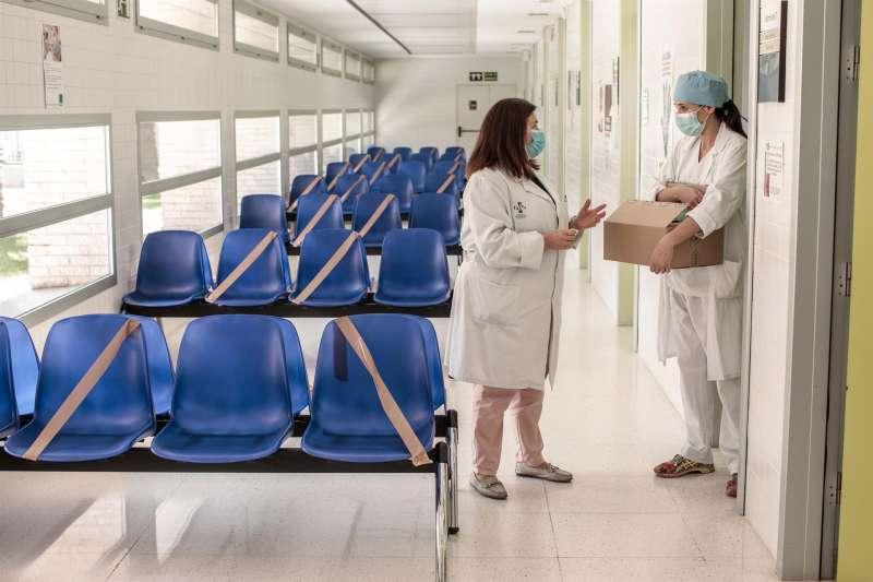 Dos sanitarias charlan en la sala de espera de un centro de salud.