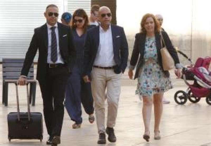Echávarri llega a la Audiencia Provincial acompañado de sus abogados. EFE