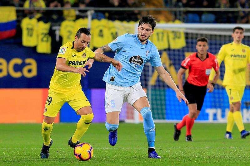 Santi Cazorla (iz) pugna con Okay Yokuclu (d) durante el partido Villarreal-Celta. EFE
