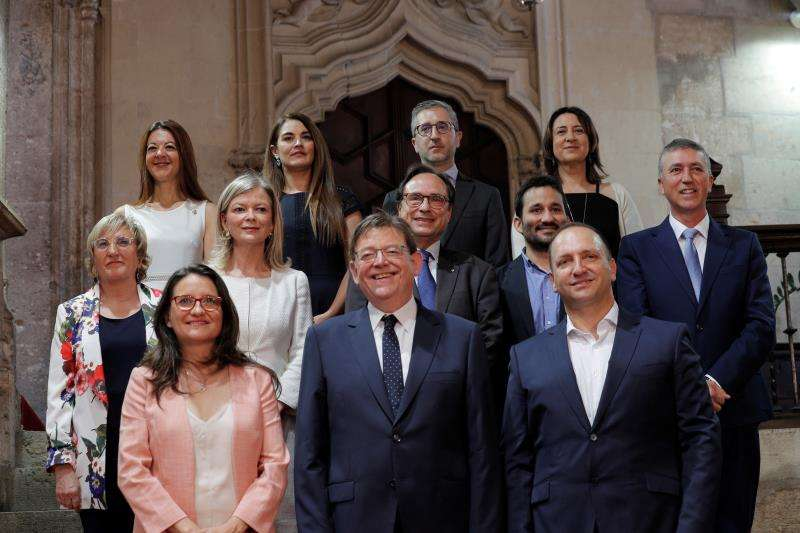 El president de la Generalitat, Ximo Puig (centro), posa junto a lo miembros de su nuevo gobierno. EFE