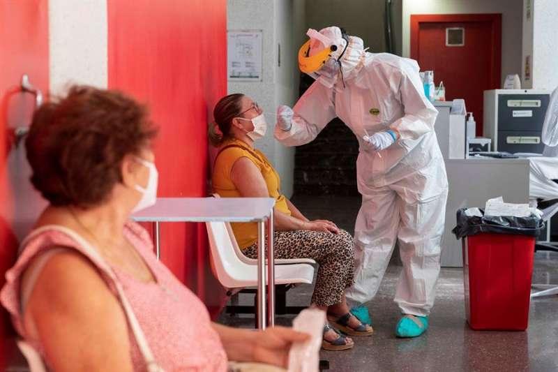 Una persona se somete a una prueba PCR. EFE/Archivo