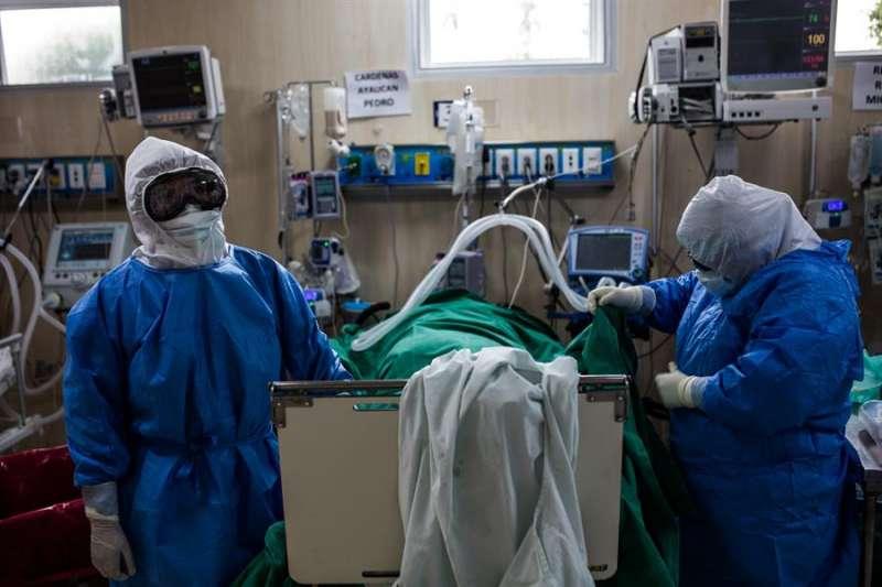 Pacientes contagiados de COVID-19 reciben atención médica, el pasado 25 de mayo de 2020, en el Hospital Guillermo Almenara de Lima (Perú). EFE