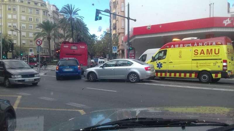 El Samu sin poder avanzar, con coches y un autobús en Reino de Valencia sin poder avanzar. EPDA