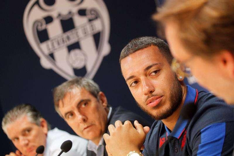 El defensa portugués Rubén Vezo, durante su presentación la semana pasada como jugador del Levante. EFE