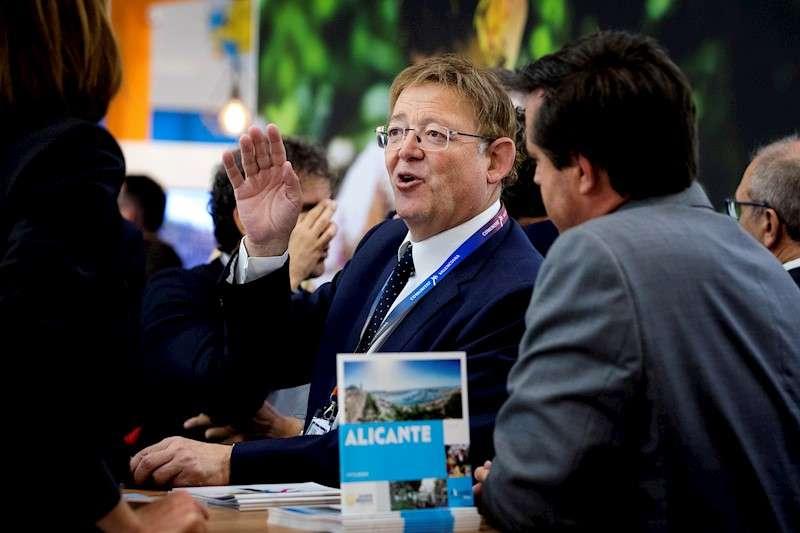 El president de la Generalitat, Ximo Puig (i), visita el stand de la Región de Valencia en el primer día de la feria World Travel Market 2019 de Londres. EFE/ Vickie Flores