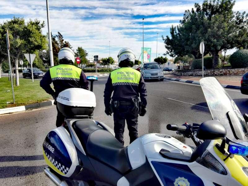 Dos agentes de la Policía Local de Sagunt.