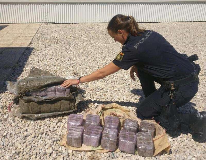 Imagen del primer fardo localizado. EFE/Policía Nacional