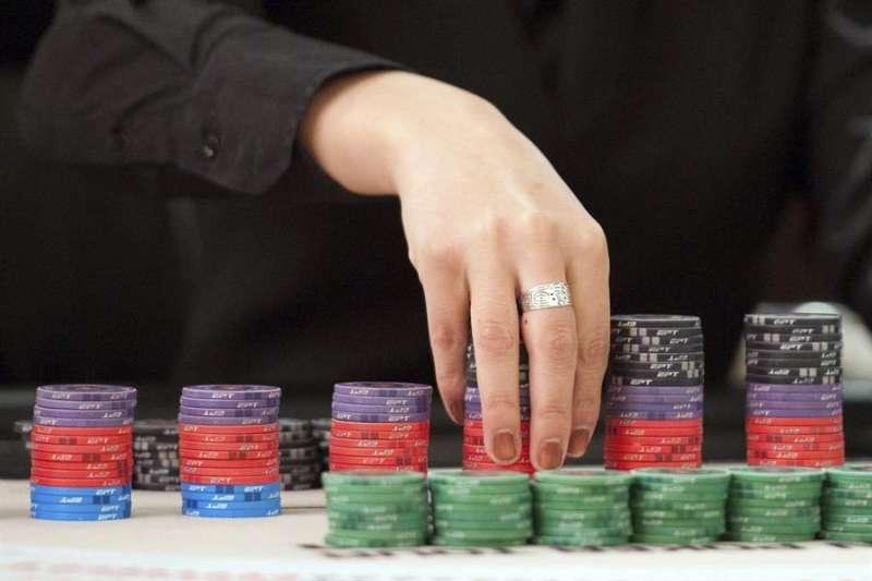Una persona cuenta fichas de póker en un casino. EFE/Archivo