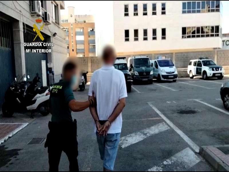 Imagen del detenido por cinco robos en Torrevieja. EFE