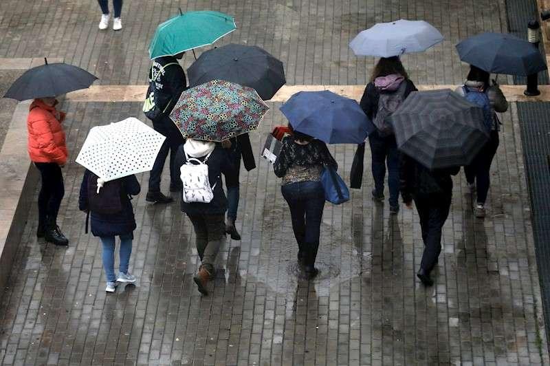 Imagen de archivo de varias personas que se protegen de la lluvia con paraguas. EFE/Juan Carlos Cárdenas/Archivo