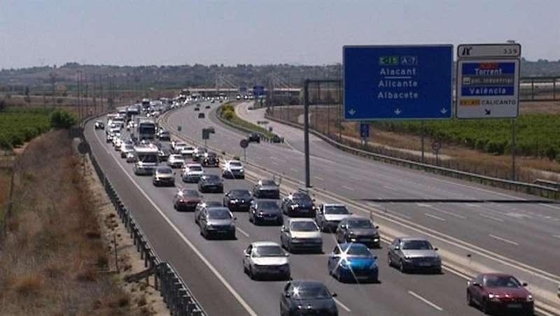 Retenciones en una carretera de Valencia durante el regreso del puente festivo del Primero de Mayo. EFE