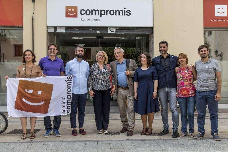 El alcalde de València, Joan Ribó (c), y el resto de concejales de Compromís. EFE/Archivo