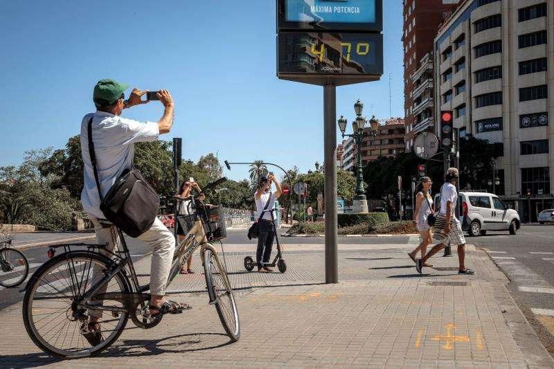 Varias personas fotografiaban en la tarde de ayer un termómetro en València, que marcaba 47 grados. EFE/Archivo