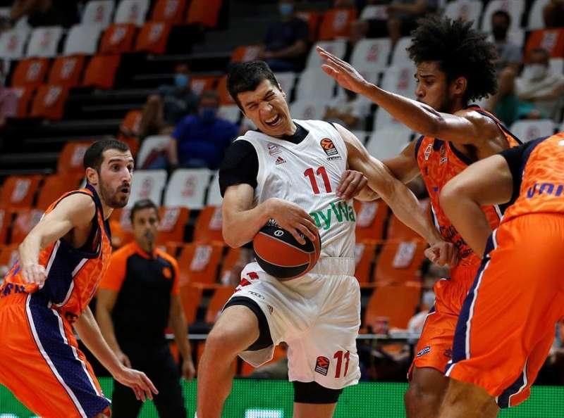 El alero del Bayern de Munich, Vladimir Lucic (c), trata de avanzar ante la oposición de los jugadores de Valencia Basket, el base Guillem Vives, (i) y el pivot Louis Labeyrie (d). EFE/Miguel Ángel Polo