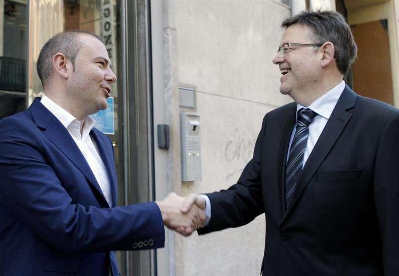 Los aspirantes a encabezar la candidatura socialista a la Generalitat 2015, Ximo Puig (d) y Toni Gaspar (i) se saludan momentos antes de comenzar el primer debate de las primarias del PSPV-PSOE, organizado por la Cadena Ser y El País. - EFE