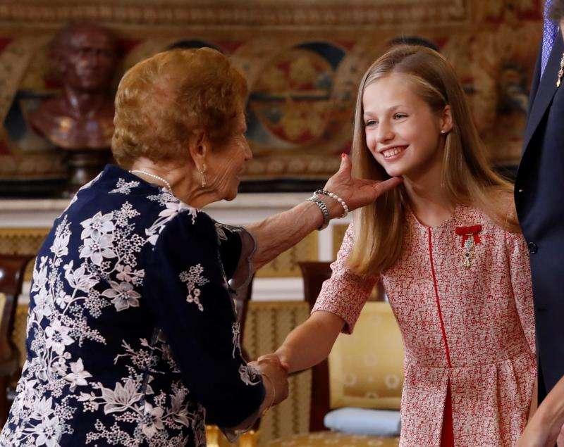 Clotilde Veniel G�mez saluda a la princesa Leonor durante el acto de condecoraciones. EFE