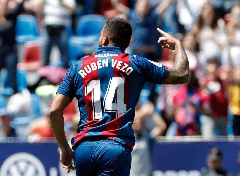 El jugador portugués Rúben Vezo, uno de los jugadores del Valencia CF cedidos (en este caso, al Levante) y sobre los que ahora debe decidir. EFE/Archivo