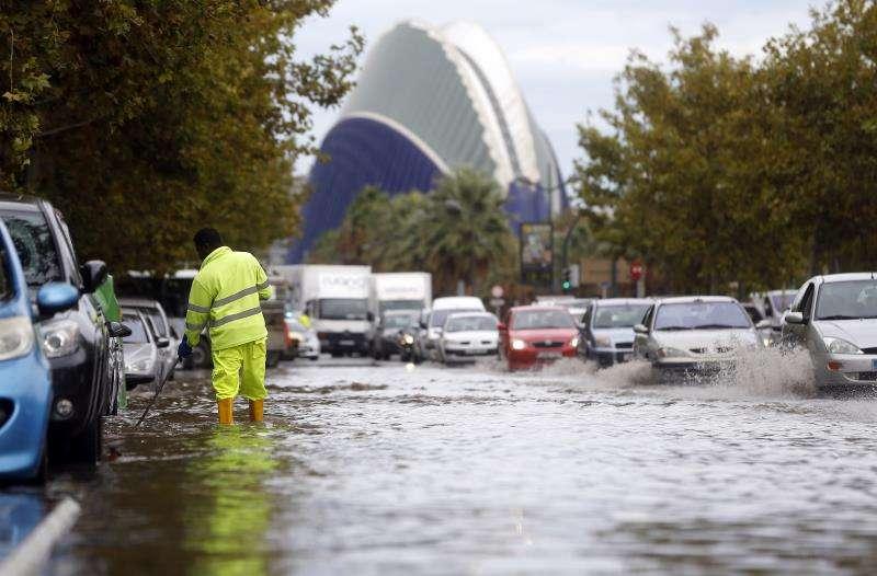 Un operario trabaja en el desagüe de la calzada de la ronda sur de la ciudad después de un fuerte episodio de lluvias intensas. EFE/Archivo