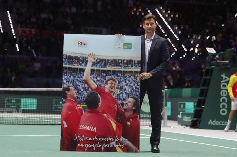David Ferrer recibió el Premio a la Excelencia de la Copa Davis, de manos del estadounidense David Haggerty. EFE/ Juanjo Martín